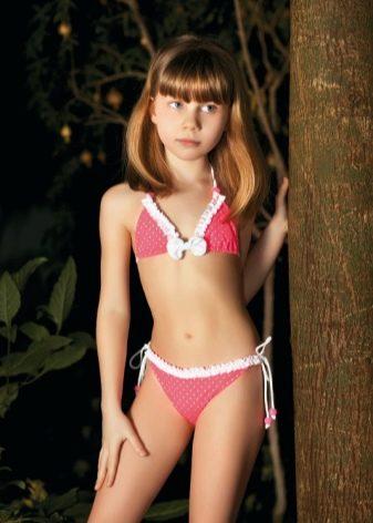 devushki-v-belih-prozrachnih-bikini-na-plyazhe