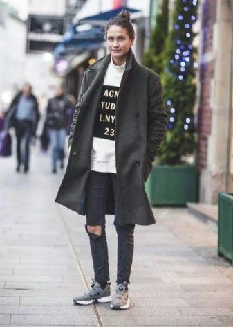 266a7d43420a4a Серебристые кроссовки лучше всего смотрятся с одеждой светлых, пастельных  тонов. Образ получается стильный и вполне элегантный.