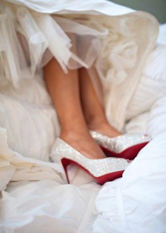 Туфли со стразами (59 фото): модели со сваровски на каблуке и без