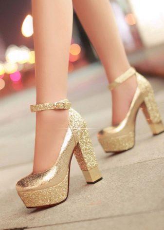 Высокие и модные туфли