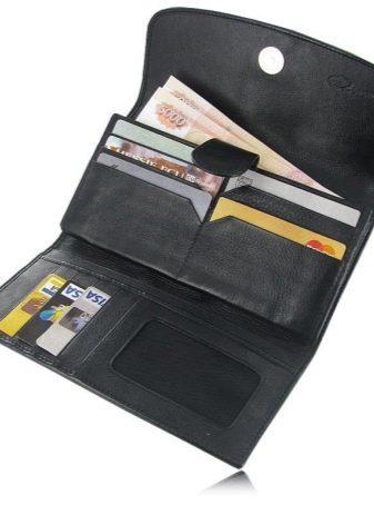 fb36f02b1e16 Черный большой кошелек – классика жанра. Внутренняя отделка у него яркая.