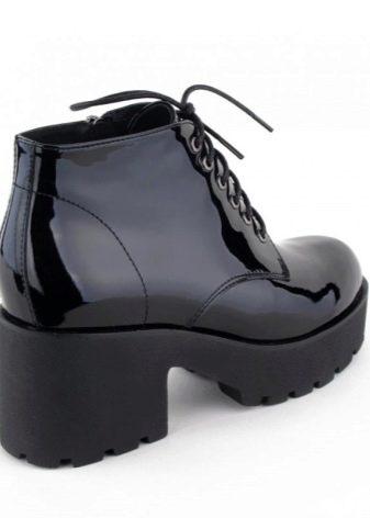 b115ecef6 Альтернативным вариантом для первых заморозков послужат модные бутсы  черного цвета на толстой подошве и с замшевым верхом. В таких ботинках  можно смело ...