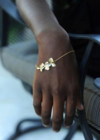 9d1222903551 Широкие браслеты, напоминающие украшения древних римлян, как нельзя лучше  оттенят красоту женской ручки. Тонкие изделия подойдут тем, кто имеет  хрупкие ...