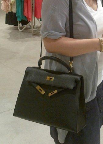 63fbc5854397 Понравилась барышням и вместительность сумок Hermes. Внешне они не кажутся  слишком большими и грузными, но их внутренняя часть позволяет разместить в  ней ...