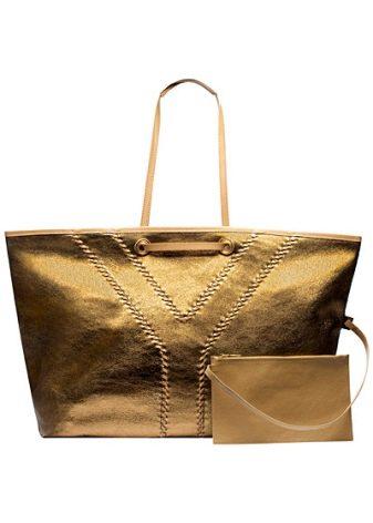 965975adfd7e Неповторимым блеском могут похвастаться маленькие сумочки бренда  золотистого цвета. Особенно ярко и дорого такая расцветка смотрится на  змеиной коже.