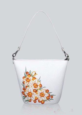 cdd15e946122 Стильно выглядят и сумки, украшенные тесьмой с бусинами или стразами.