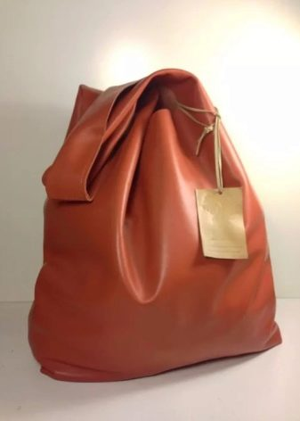 56c10ceea260 ... мягкую модель сумки, которая благодаря своей форме обладает отличной  вместимостью. Мешки имеют круглое дно и закрываются с помощью тесьмы в  верхней ...