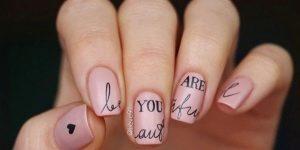Варианты красивого маникюра с надписями на ногтях
