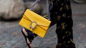 С чем носить желтую сумку?