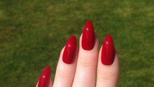 Дизайн красных ногтей острой формы