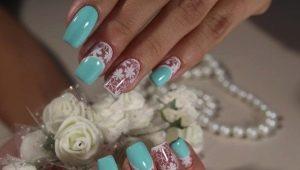 Как красиво оформить ногти в бело-голубых тонах?