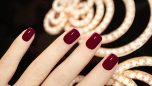 Темно-красный маникюр: варианты дизайна и модные тенденции