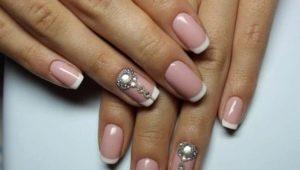 Идеи дизайна белого френча на ногтях со стразами
