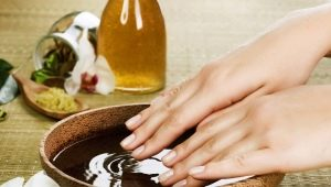 Делаем ванны с солью для укрепления ногтей