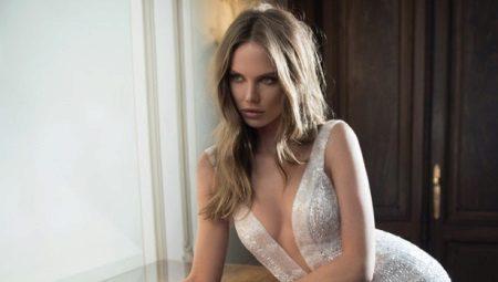 В тонком платье голая