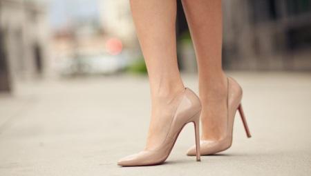 Бежевые туфли на высоком каблуке