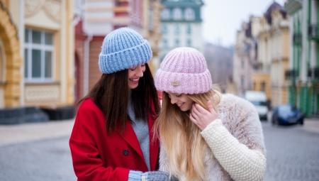 7f61a57af927 Объемные шапки (76 фото): как носить модели из пряжи с двумя ...
