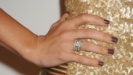 На каком пальце носят помолвочное кольцо?