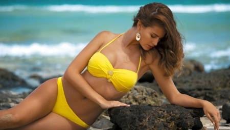 modeli-v-bikini-tonenkom