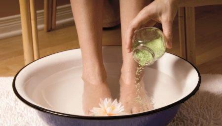 Ванночки для ног с морской солью: чем полезны и как сделать?