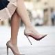 Бежевые лаковые туфли на каблуке