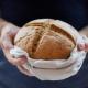 Как нужно брать хлеб: вилкой или рукой?