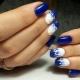Стильный бело-синий маникюр