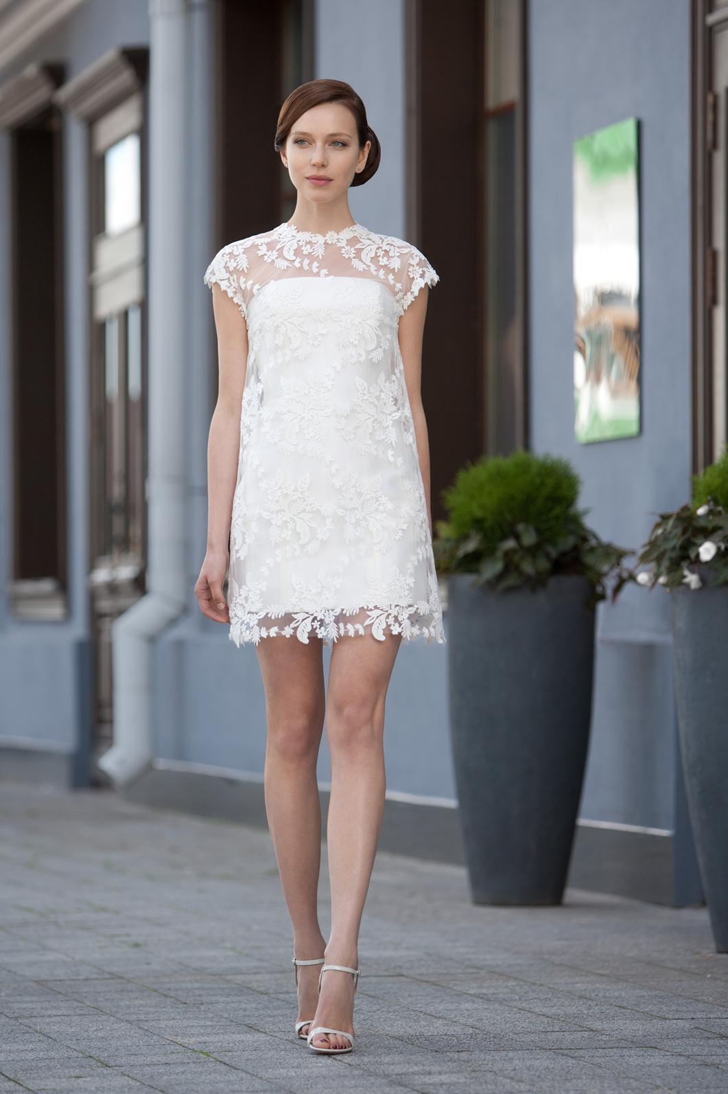 Белое платье с кружевными плечами