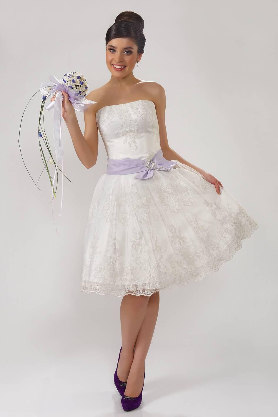 806087c7e81 Невеста в кружевном свадебном платье с ярким букетом. Легкое короткое  свадебное платье