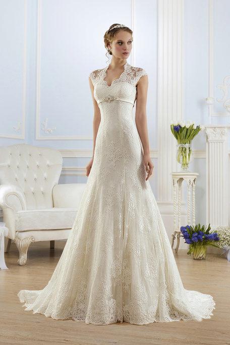 fb68c946b3e Свадебное платье с вертикальными линиями для невест маленького роста