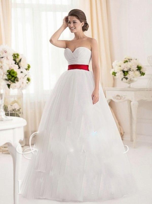 Свадебное платье с красным поясом, бантом или лентой: белое, короткое