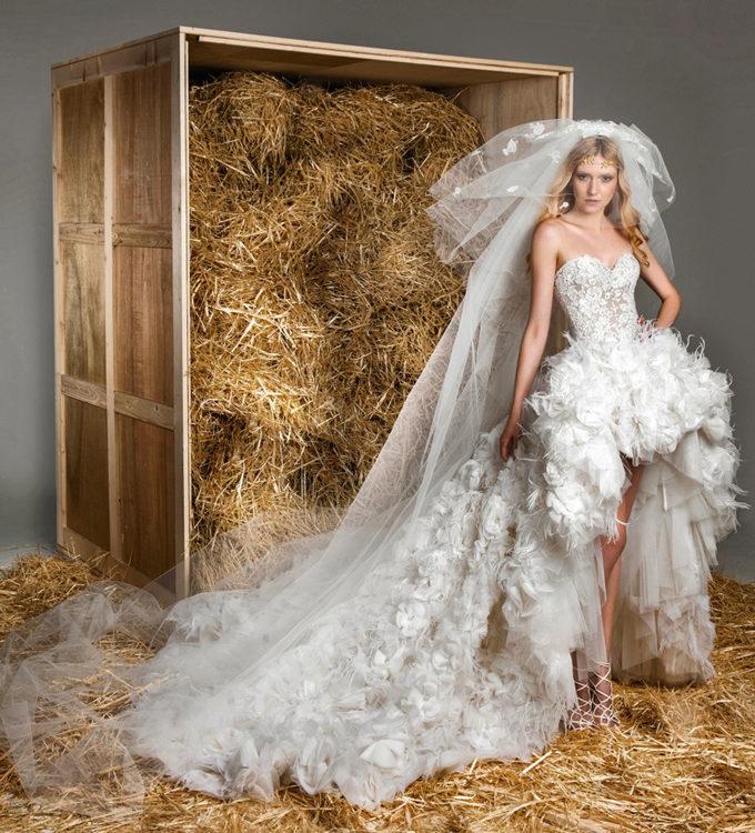 Что же касается элитных свадебных платьев, то у этого дизайнера они особенные. Казалось бы, всем известные силуэты «Русалочка» и «Принцесса», он превращает