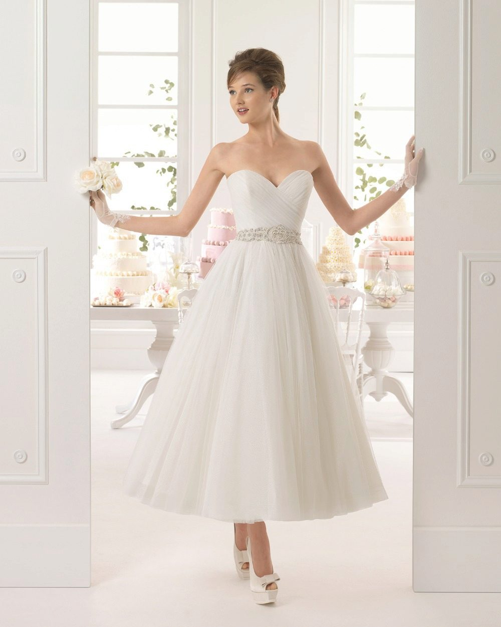 Черный пояс на коротком свадебном платье