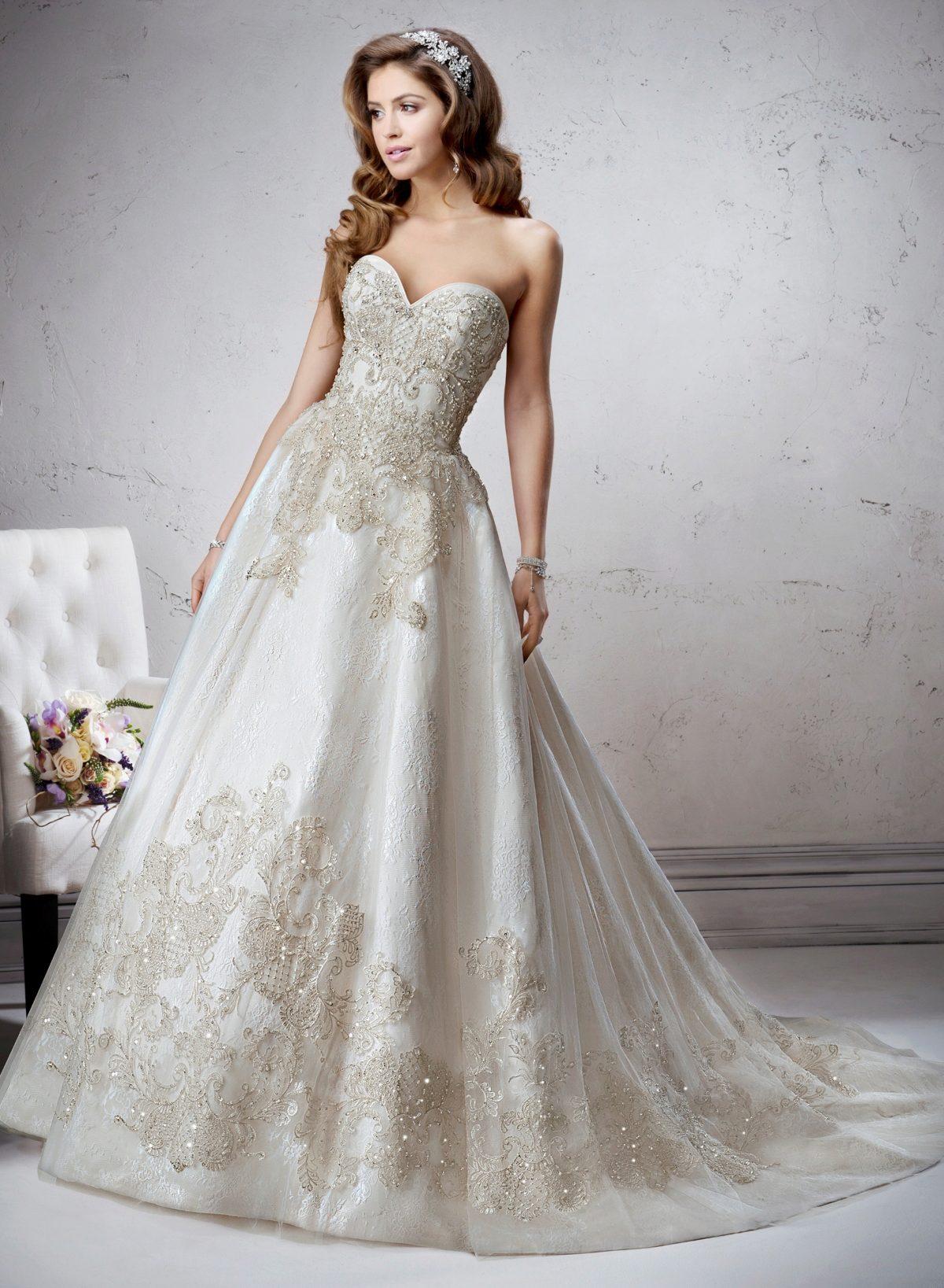 Арендой свадебных нарядов занимаются специализированные салоны. Их посещение лучше организовать с подругой или близкой родственницей