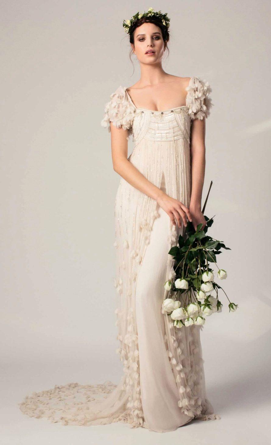 В каждой из коллекций свадебных нарядов, модели представляют собой изысканную комбинацию модного, но в то же время сдержанного и аристократичного платья