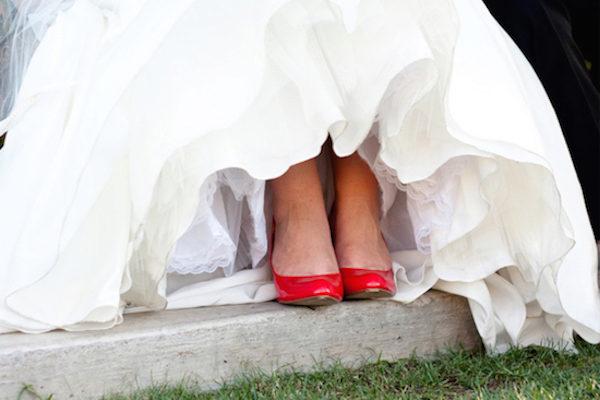 Платье невесты и красные туфли фото