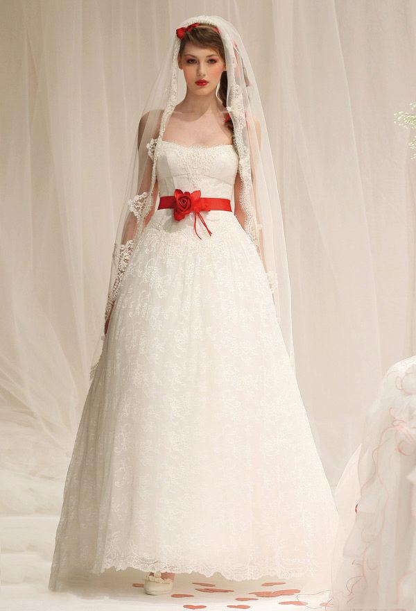 Свадебные платья с красными элементами - эффектные акценты