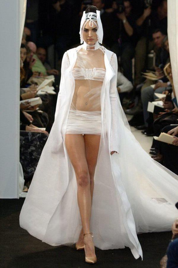 самая красивая девушка в свадебно откровенном платье
