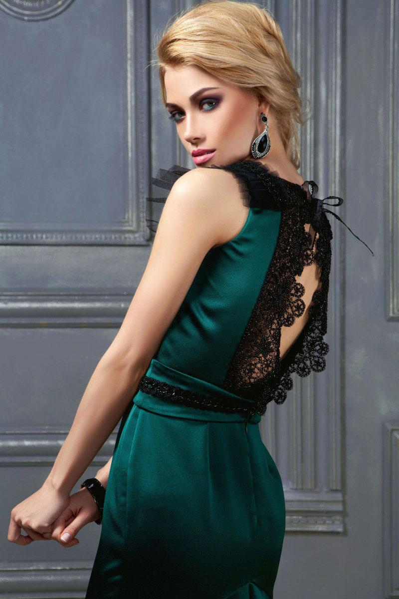 Зеленое платье с черными кружевами