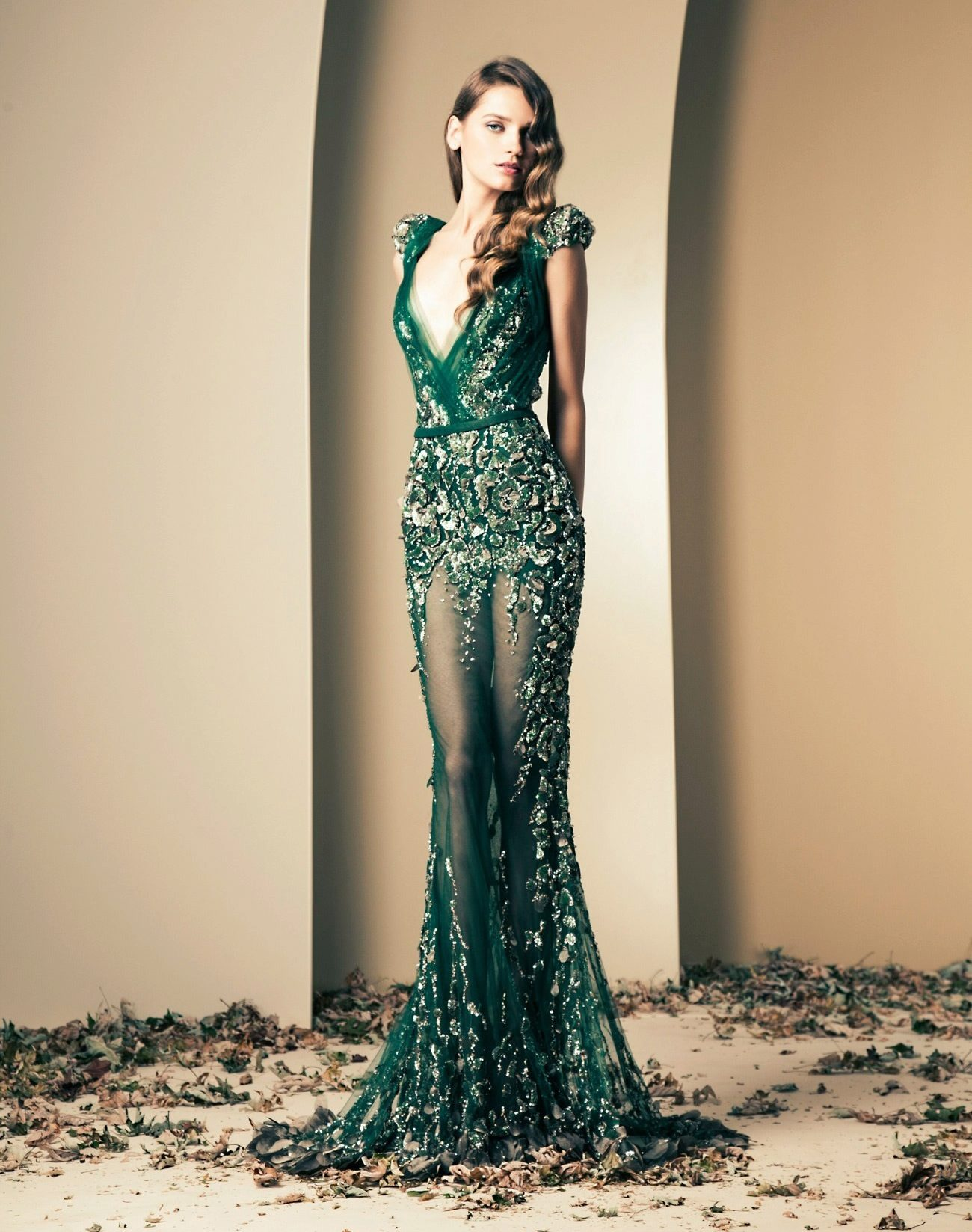 Зеленое платье со стразами