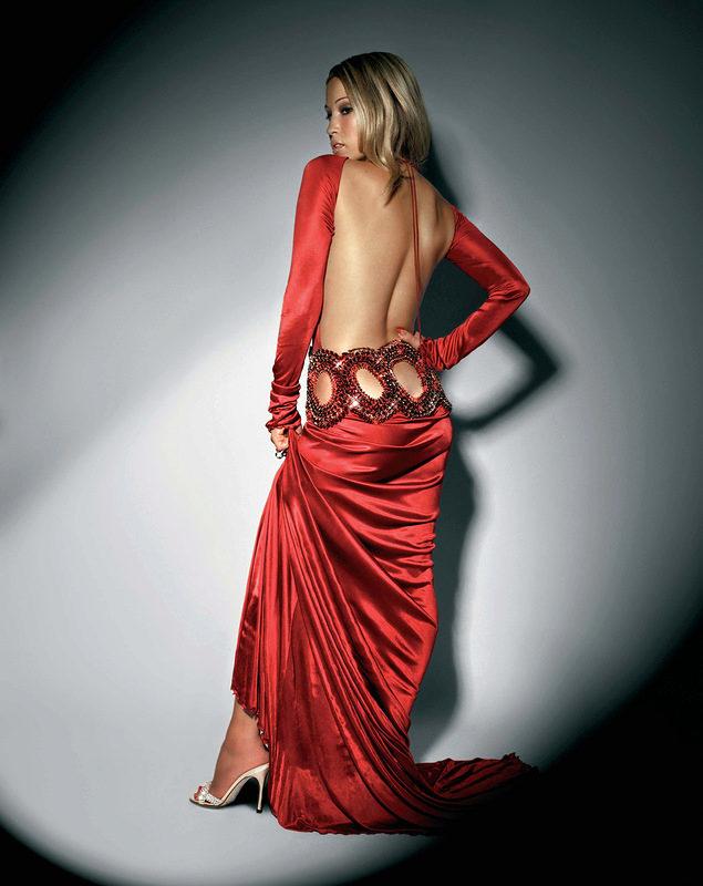 Сексуальная блондинка в красном платье