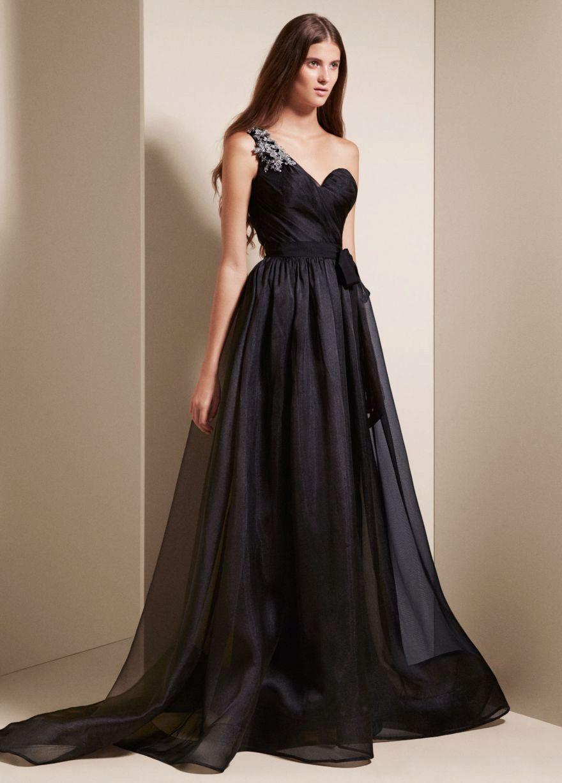 Верхнюю часть в черном платье часто занимает бюстье, но не сложно будет найти платье с бретелями, глубоким декольте и прочими вариантами