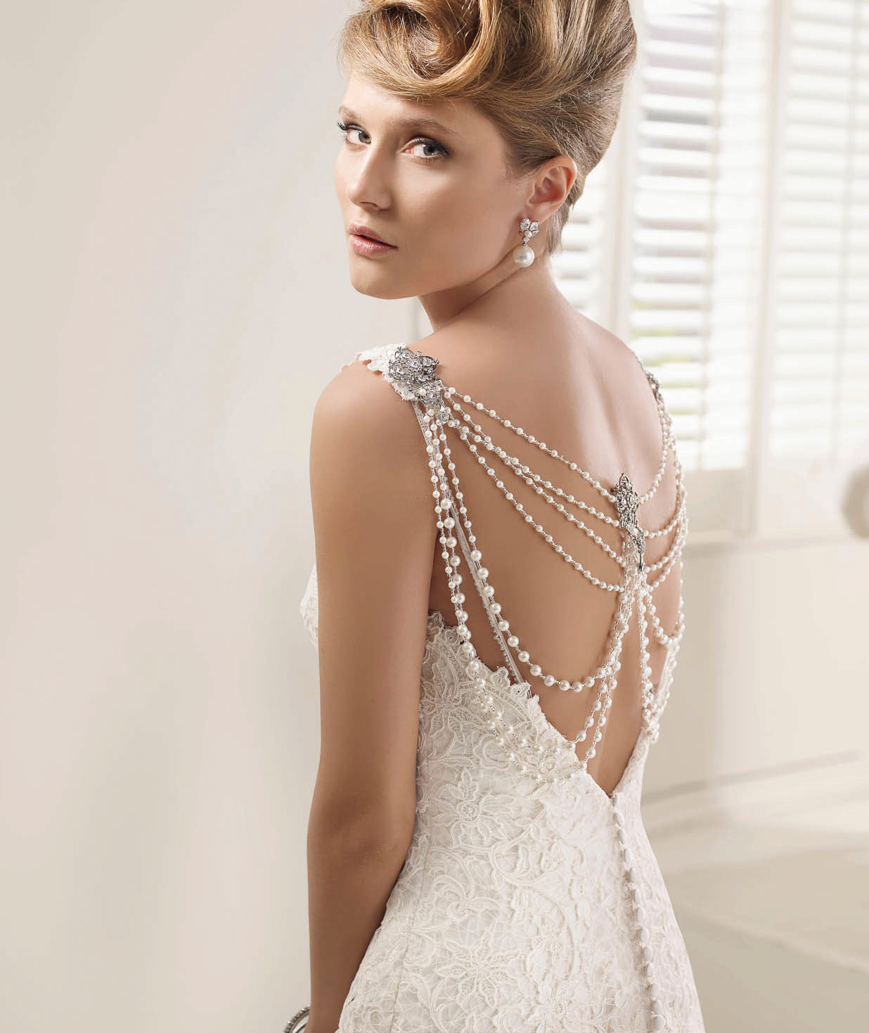 18d0307b8ba Свадебное платье с открытой спиной и жемчужной ниткой