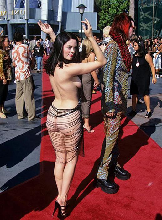 Прозрачные эротичные платья, молодой парень ебет на природе моложавую женщину