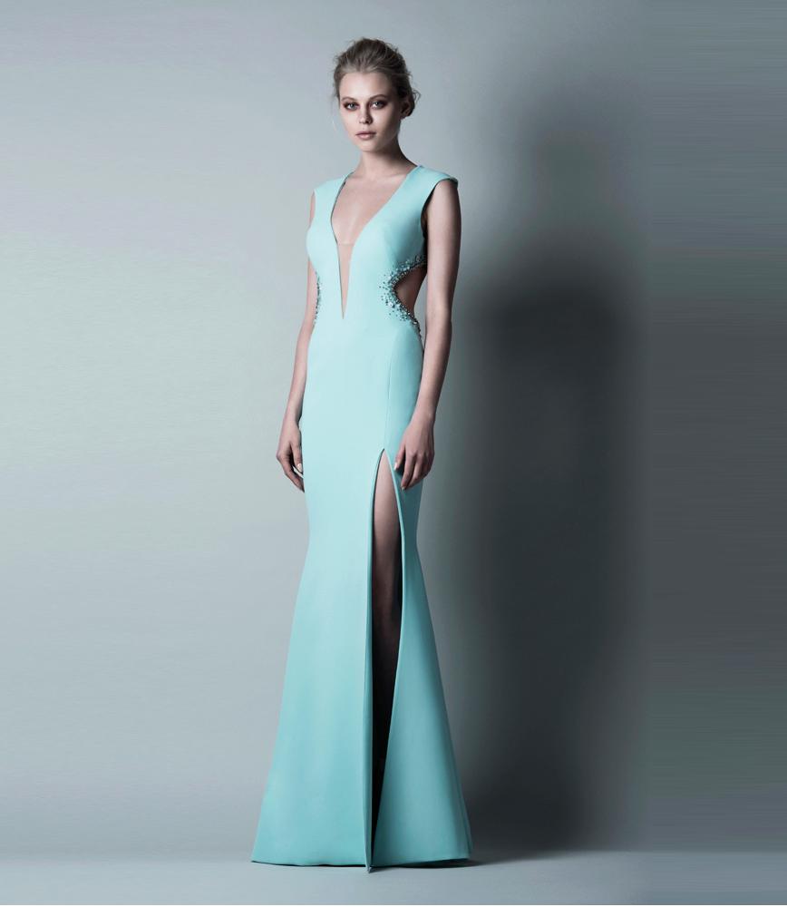 Длинное платье с разрезам и декольте