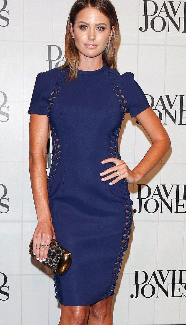 Как носить синее платье футляр