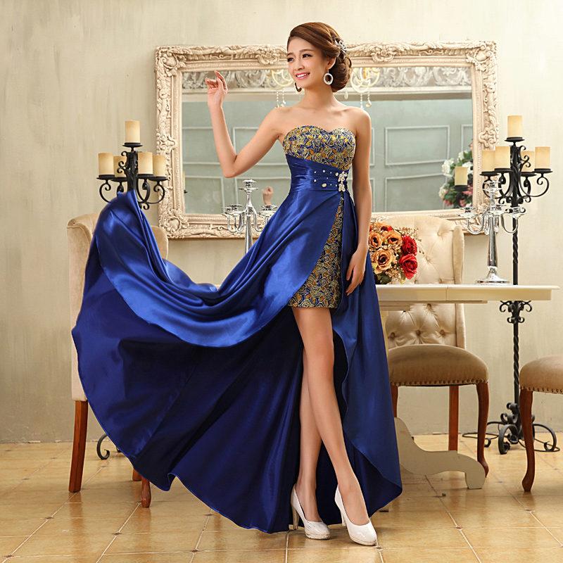 Девушка в голубом вечернем платье