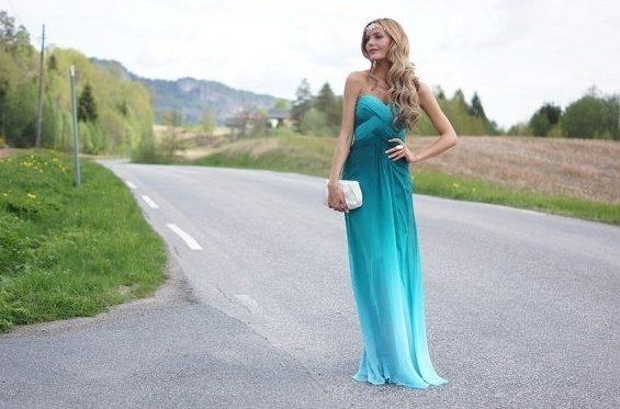 Сочно голубое платье и светлые волосы