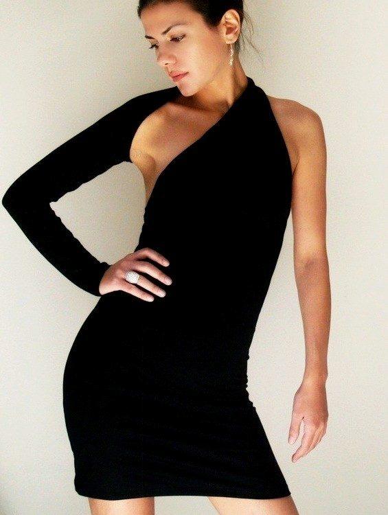 Платье черное короткое с одним плечом