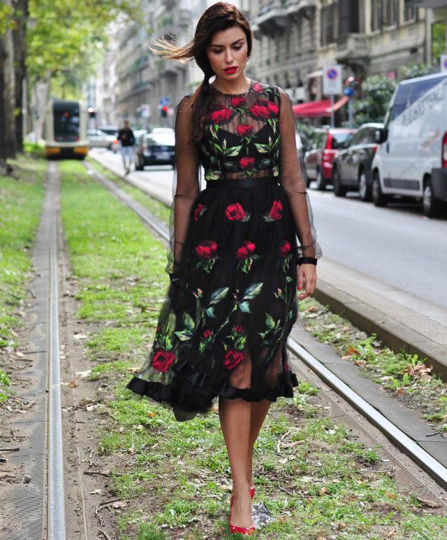 Платье черное с розовыми цветами фото